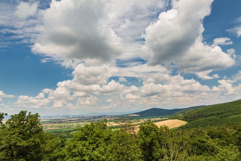 Mening van de Oponice-Kasteelruïne, Slowakije royalty-vrije stock afbeeldingen