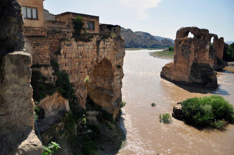 Mening van de oude brug over Tigris River in de regeling van Hasankeyf, op het grondgebied van Turkije royalty-vrije stock afbeeldingen