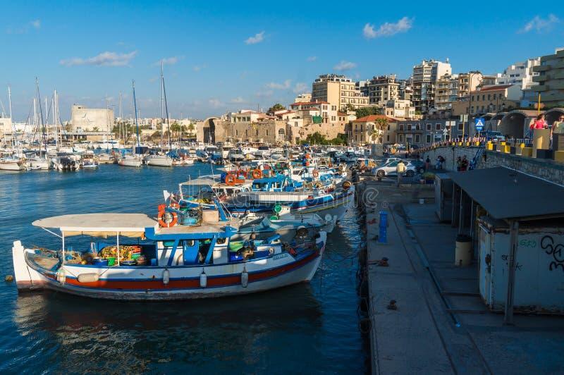 Mening van de oude haven van Herakleio van Kreta in Griekenland royalty-vrije stock fotografie