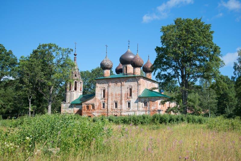 Mening van de oude Kerk van Epiphany Hopylevo, Yaroslavl-rrgion, Rusland royalty-vrije stock afbeeldingen