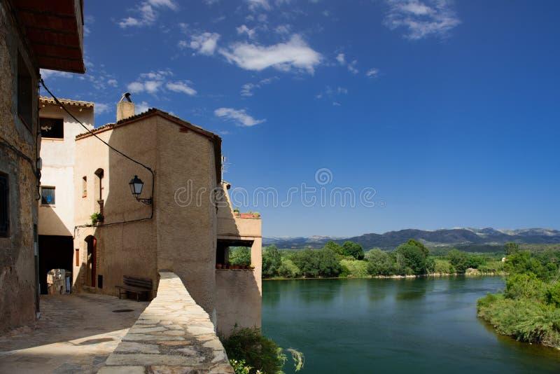 Mening van de oude Spaanse stad Miravet, Catalunya stock afbeelding
