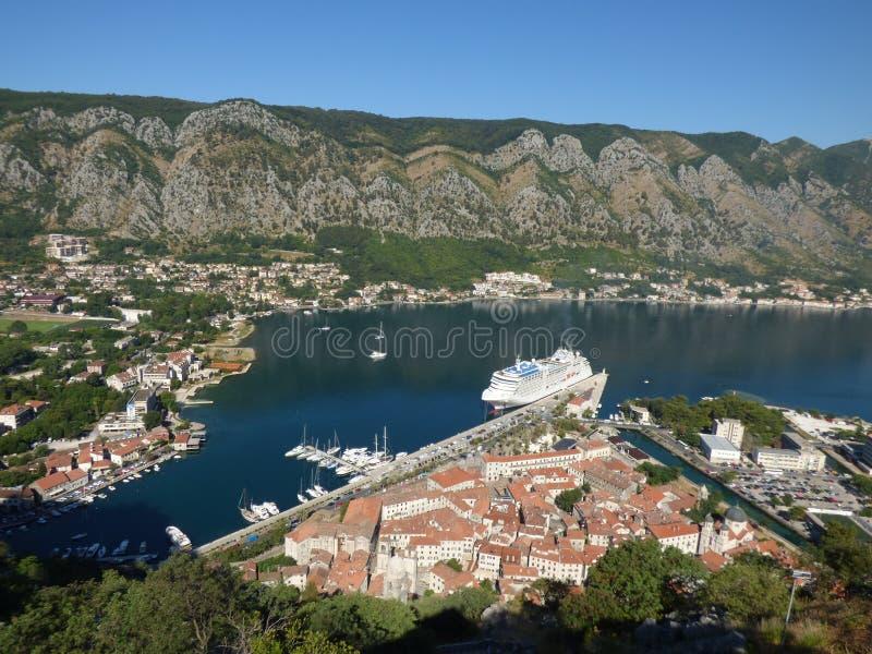 Mening van de Oude Stad, de baai en het dok van Kotor met schepen vanaf een bovenkant, Montenegro stock fotografie