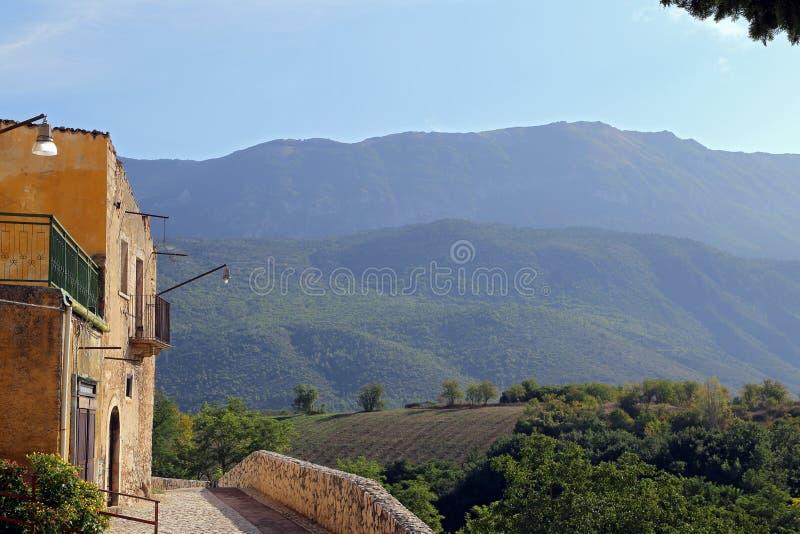 Mening van de oude stad - Corfinio, L'Aquila, in het gebied van Abruzzo - Italië stock fotografie