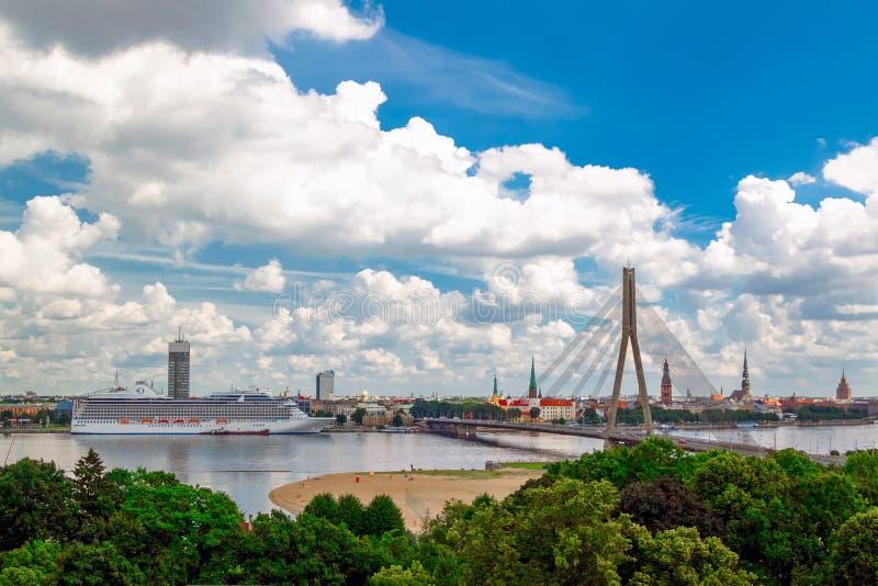 Mening van de oude stad in Riga, Dvina stock afbeeldingen