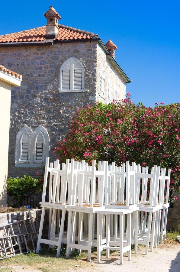 Mening van de oude stad van Budva Wit meubilair van straatkoffie tegen huis royalty-vrije stock foto