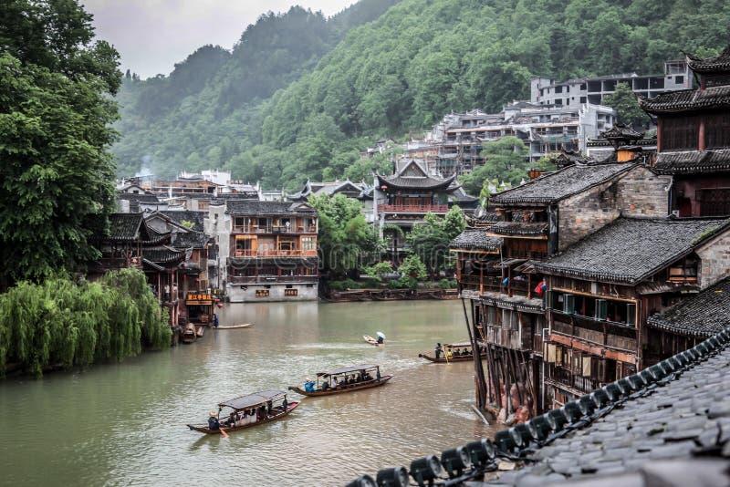 Mening van de Oude Stad van Fenghuang op een regenachtige dag stock afbeelding