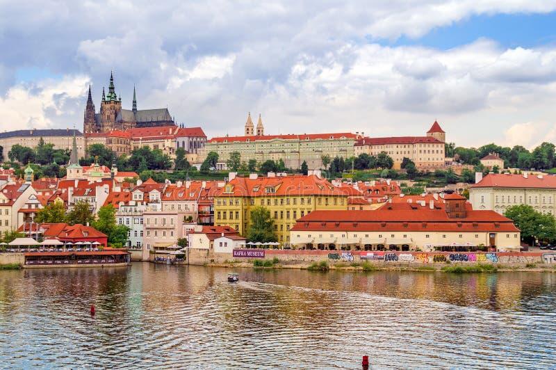 Mening van de Oude Stad van Praag op de rivier Vltava royalty-vrije stock afbeeldingen