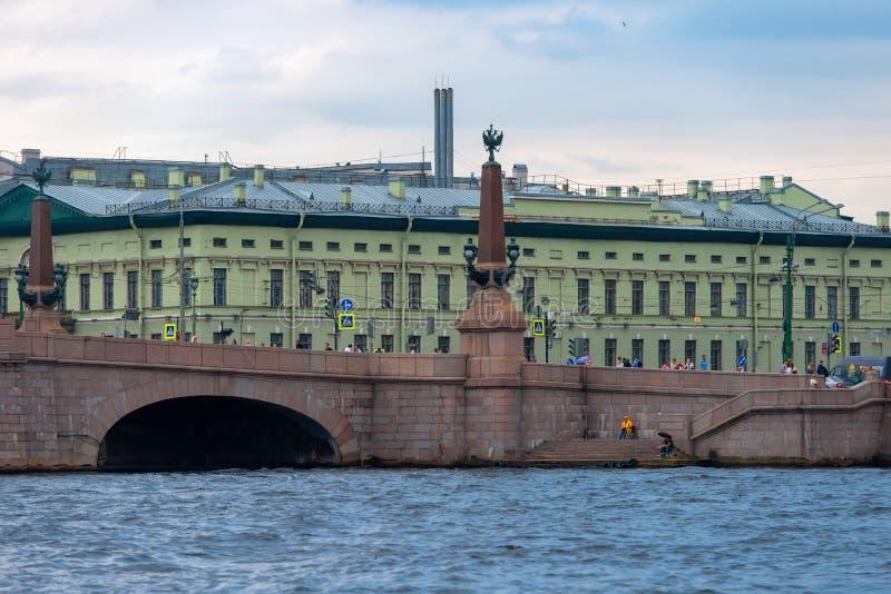 Mening van de Paleisdijk en de Drievuldigheidsbrug van Neva River royalty-vrije stock fotografie