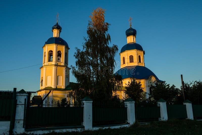 Mening van de Petropavlovskaya-Kerk in de herfst in Yasenevo bij zonsondergang stock fotografie