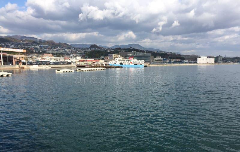 Mening van de pier aan Miyajima-eiland in Hiroshima, Japan royalty-vrije stock afbeelding