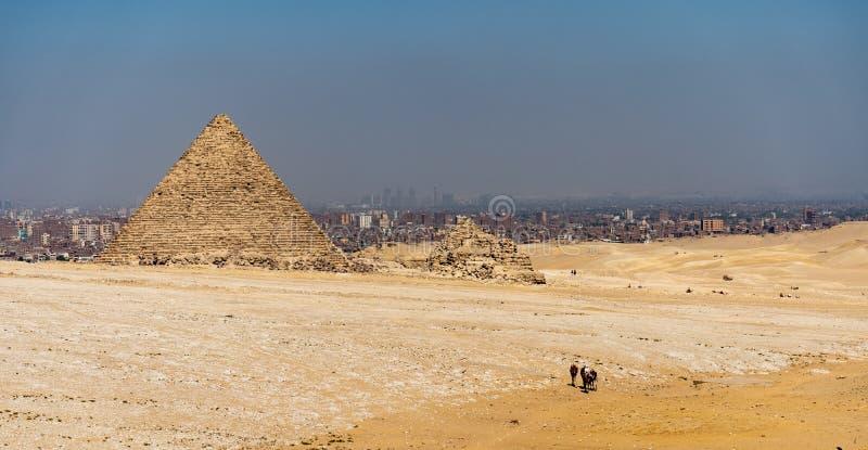 Mening van de Piramides dichtbij de stad van Kaïro in Egypte stock foto's