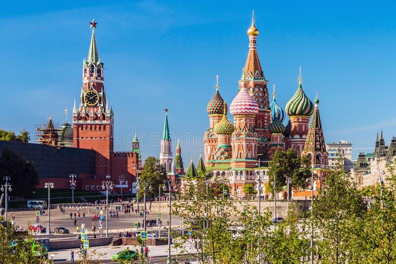 Mening van de Pokrovsky-Kathedraalst Basilicum` s Kathedraal met royalty-vrije stock afbeeldingen