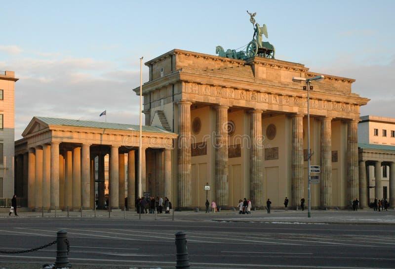 Mening van de Poort van Brandenburg bij Zonsondergang royalty-vrije stock afbeeldingen