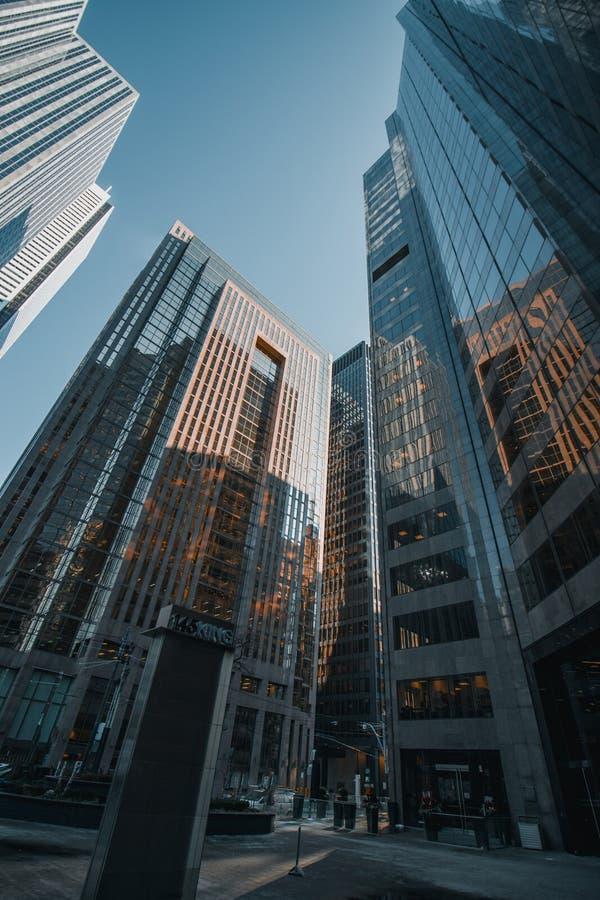Mening van de raadplegings de brede hoek over glaswolkenkrabbers royalty-vrije stock afbeeldingen