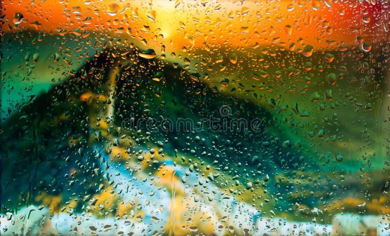 Mening van de Reat de Chinese muur A van de stad van een venster van een hoog punt tijdens een regen Nadruk op dalingen stock foto's