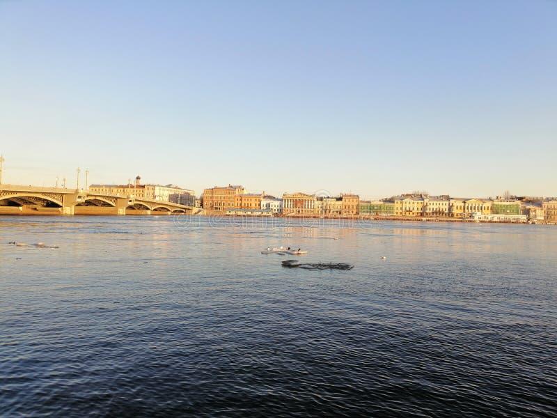 mening van de rivier en de waterkant royalty-vrije stock afbeelding