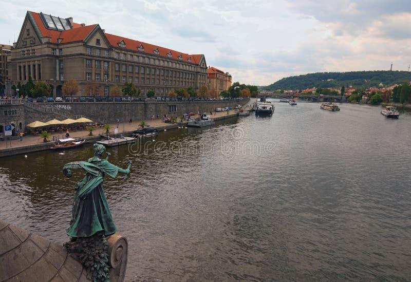 Mening van de rivier van Praag en Vltava-bij bewolkte de zomerdag royalty-vrije stock afbeelding