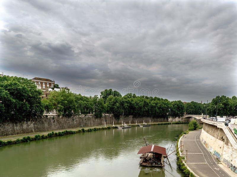 Mening van de rivier Tiber met een drijvende pier, op de achtergrond royalty-vrije stock afbeeldingen