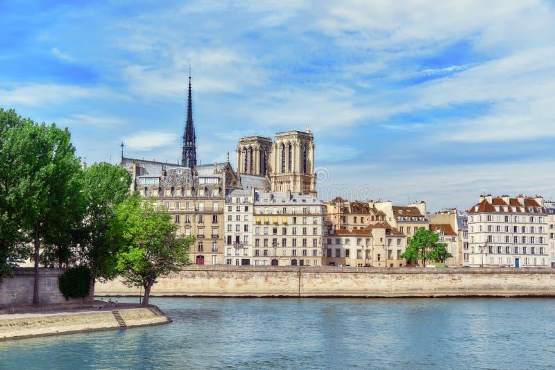 Mening van de Rivierzegen en de meeste mooie steden in de wereld - royalty-vrije stock foto