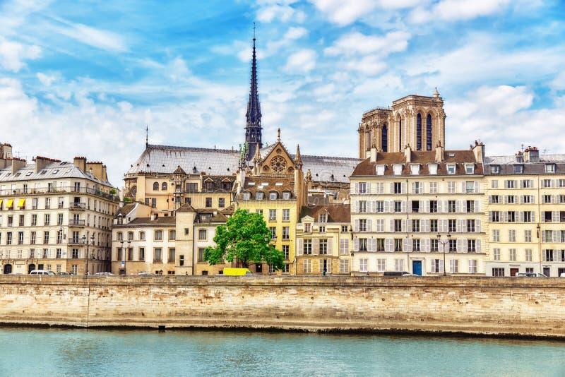 Mening van de Rivierzegen en de meeste mooie steden in de wereld - royalty-vrije stock afbeeldingen