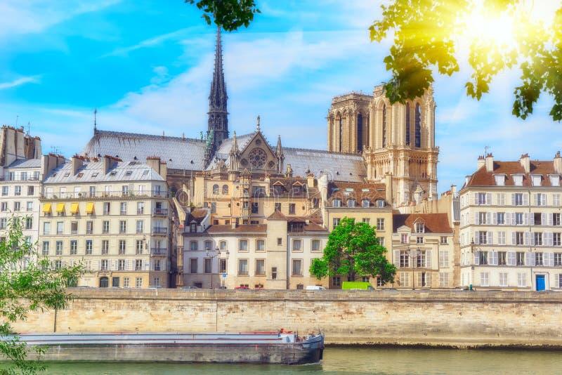 Mening van de Rivierzegen en de meeste mooie steden in de wereld - royalty-vrije stock afbeelding