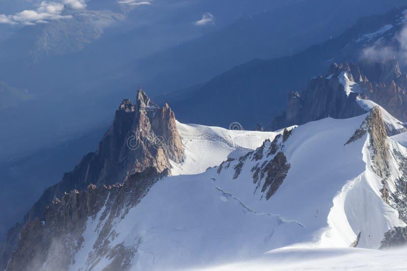 Mening van de rots van Aiguille du Midi van hoogste Mont Blanc-berg, Frankrijk, door mooi weer royalty-vrije stock foto