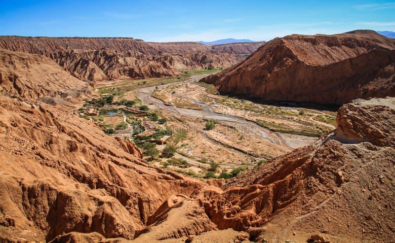 Mening van de ruïnes van Pukarà ¡ DE Quitor over een vallei hieronder, Atacama-Woestijn, Noordelijk Chili royalty-vrije stock foto