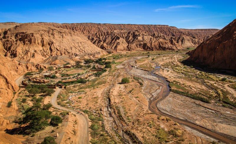 Mening van de ruïnes van Pukarà ¡ DE Quitor over een vallei hieronder, Atacama-Woestijn, Noordelijk Chili royalty-vrije stock afbeelding