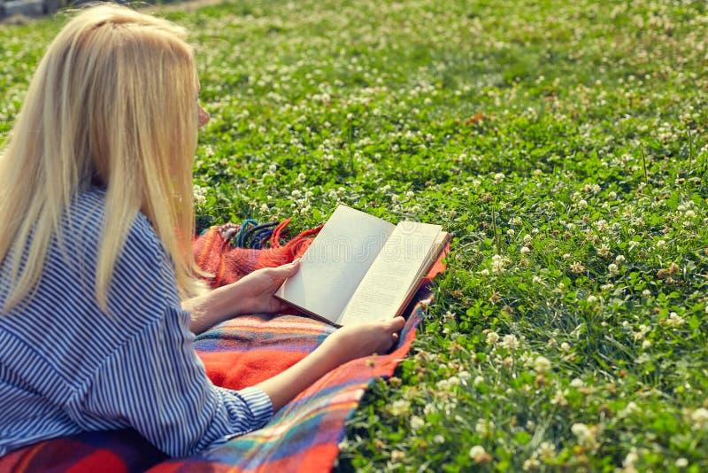 Mening van de rug van een boek van de meisjeslezing royalty-vrije stock afbeeldingen