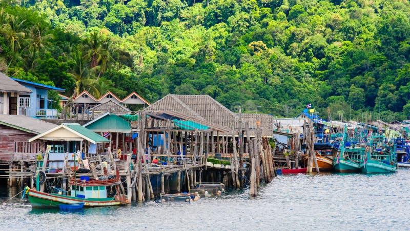 Mening van de Saladehaven van Baan Ao en visserijdorp op Koh Kood Island, Thailand royalty-vrije stock foto