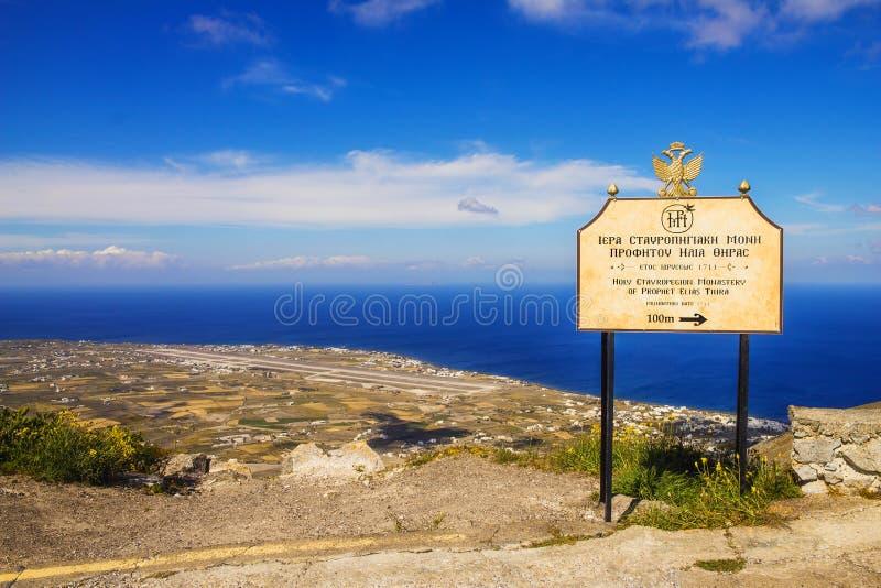 Mening van de Santorini-luchthaven van het klooster van helderziende Elias royalty-vrije stock afbeeldingen