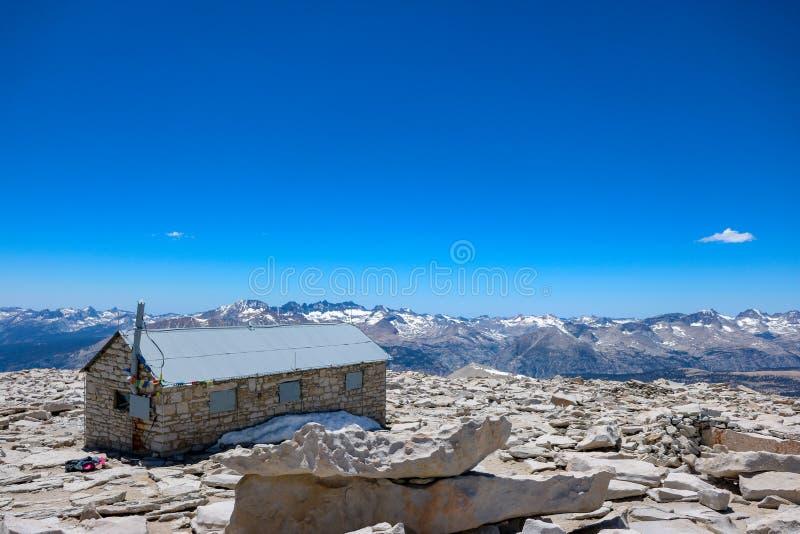 mening van de schuilplaats van Mount Whitney, de hoogste berg van de lagere 48 staten van Amerika stock afbeelding