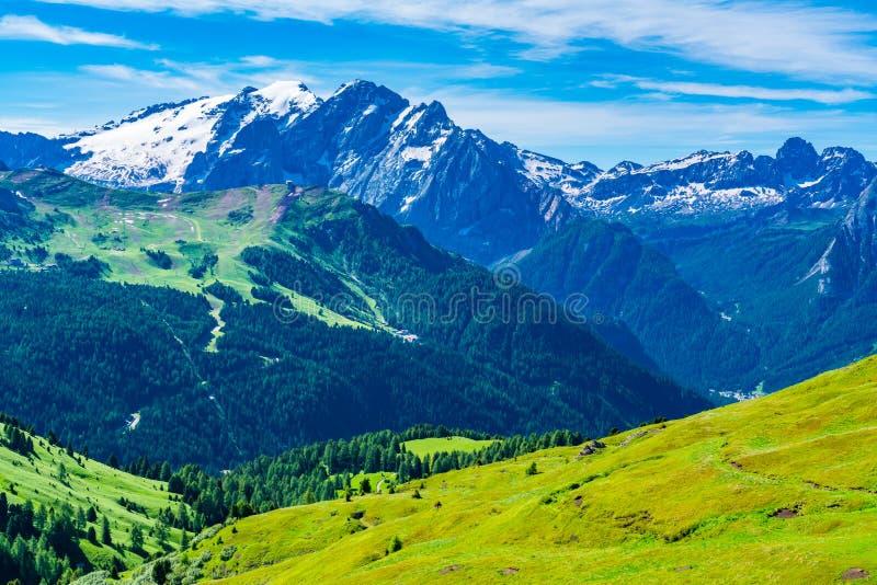 Mening van de sneeuw behandelde Dolomietberg in de zomer royalty-vrije stock afbeeldingen