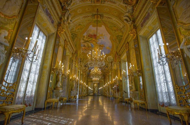 Mening van de Spiegelgalerij in Palazzo Reale Royal Palace, in de Italiaanse stad van Genua, Unesco-de Plaats van de Werelderfeni royalty-vrije stock afbeeldingen