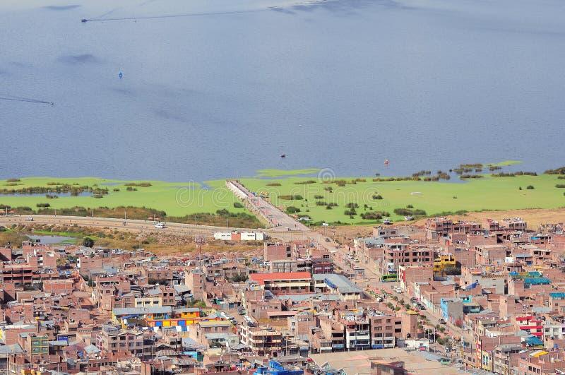 Mening van de stad door Titicaca meer, stock fotografie