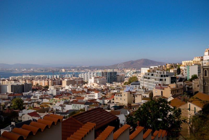 Mening van de stad van Gibraltar van omhoog de Rots stock afbeelding