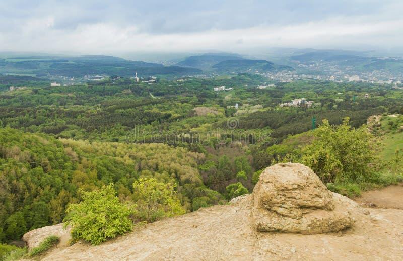 Mening van de stad van Kislovodsk en het omringende gebied met hoogten bergen De Noord- Kaukasus royalty-vrije stock foto