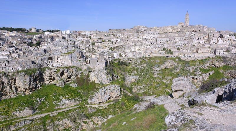 Mening van de stad van Matera en steen van de hoogten vooraan worden geplaatst die stock foto's