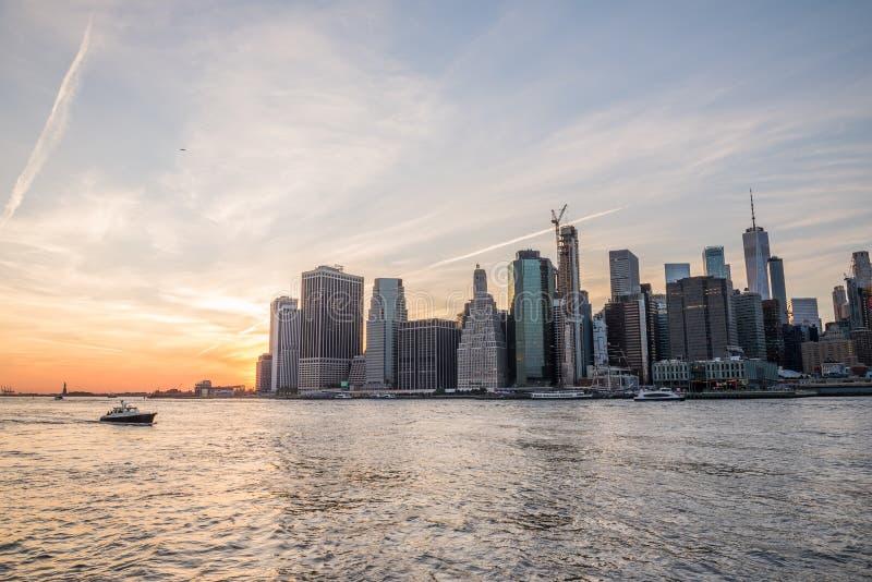 Mening van de stad New-York en de baai bij zonsondergang New York stock foto