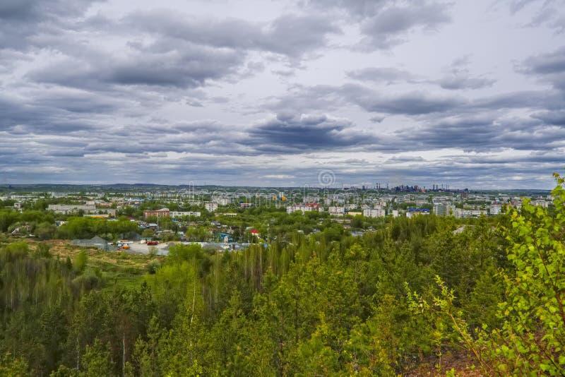 Mening van de stad van Nizhny Tagil vanaf de bovenkant van de berg stock foto's