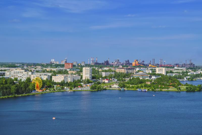 Mening van de stad van Nizhny Tagil vanaf de bovenkant van de berg royalty-vrije stock foto's