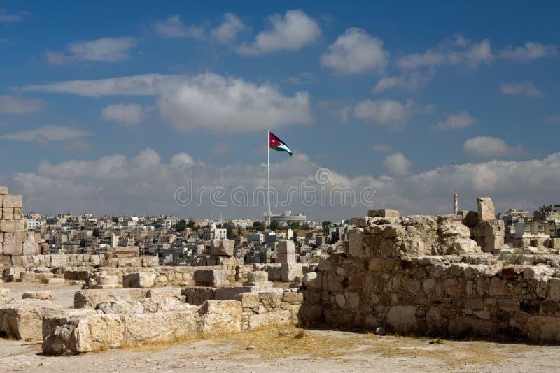 Mening van de stad van Amman met Jordanian vlaggen stock foto's