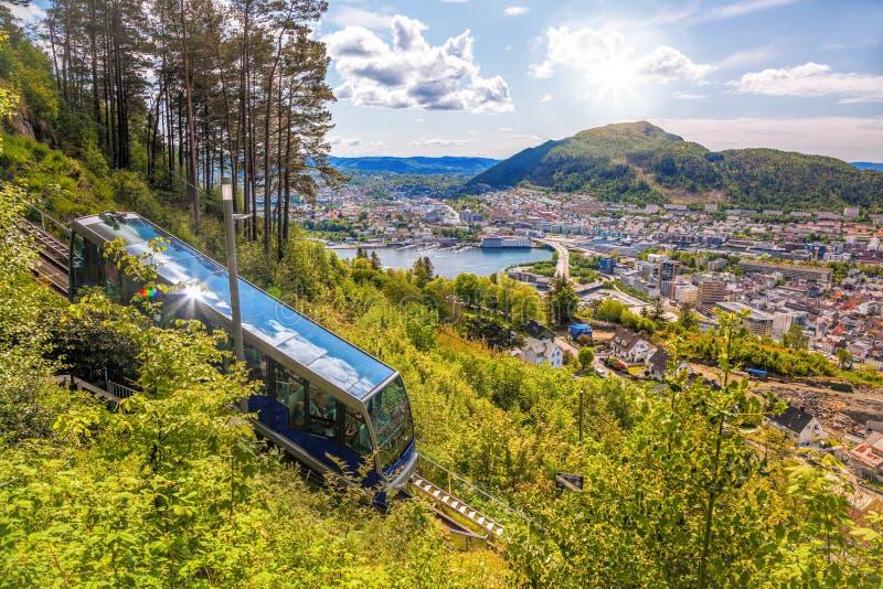 Mening van de stad van Bergen met lift in Noorwegen stock foto's