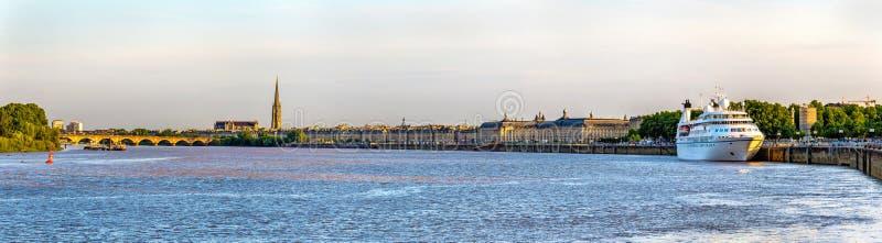 Mening van de stad van Bordeaux met de rivier Garonne - Frankrijk stock fotografie