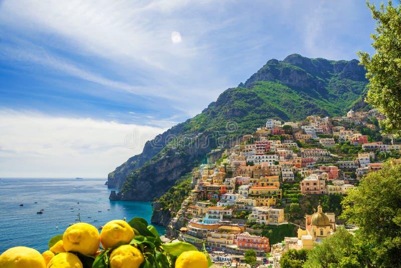 Mening van de stad van Positano met citroenen, Italië royalty-vrije stock afbeeldingen