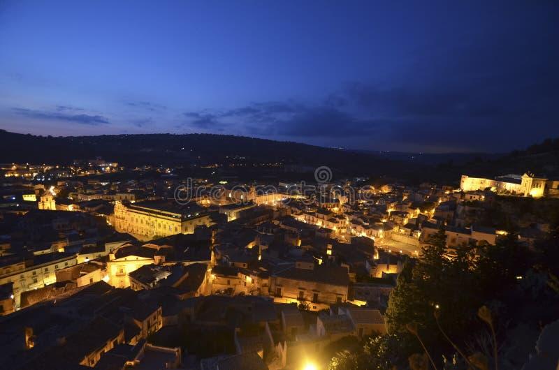 Mening van de stad van Scicli stock foto's