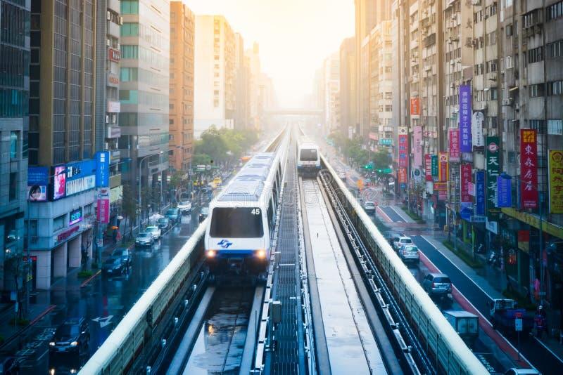 Mening van de stad van Taipeh met metro trein naderbij komende Post stock foto's