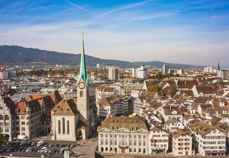Mening van de stad van Zürich van de toren van Grossmunster-ca stock foto's