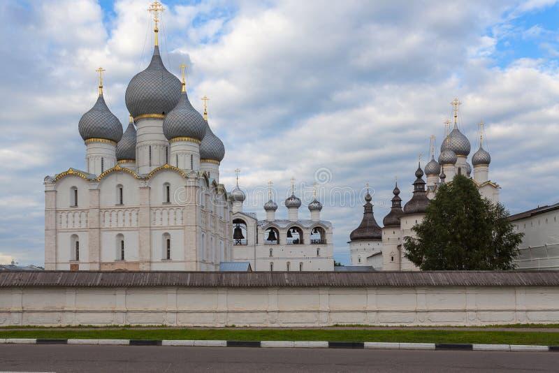 Mening van de stadsstraat aan de kathedraal en de klokketoren van Ros royalty-vrije stock afbeelding