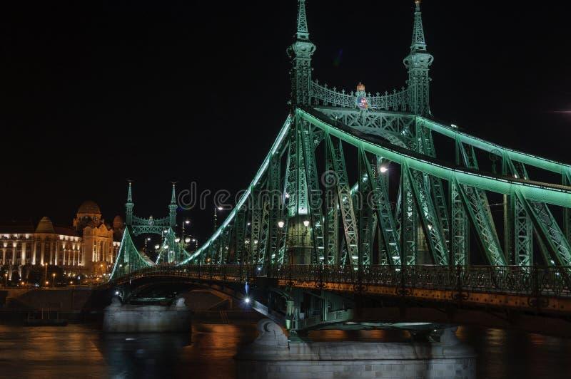 Mening van de steden van Liberty Bridge en Gelberbad in Boedapest bij nacht stock afbeelding